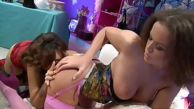Faggot friends Linet Lynx and Mai Bailey playing with a dildo